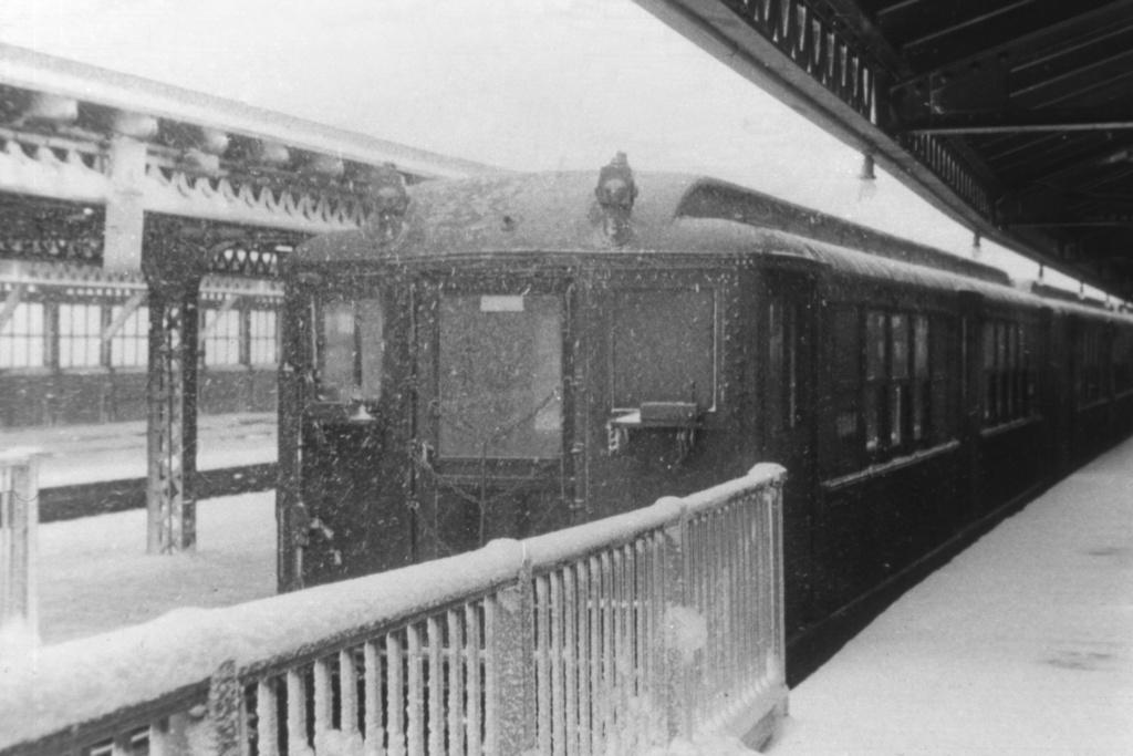 (261k, 1044x706)<br><b>Country:</b> United States<br><b>City:</b> New York<br><b>System:</b> New York City Transit<br><b>Line:</b> IRT Woodlawn Line<br><b>Location:</b> Woodlawn <br><b>Car:</b> Low-V  <br><b>Collection of:</b> David Pirmann<br><b>Viewed (this week/total):</b> 2 / 3797