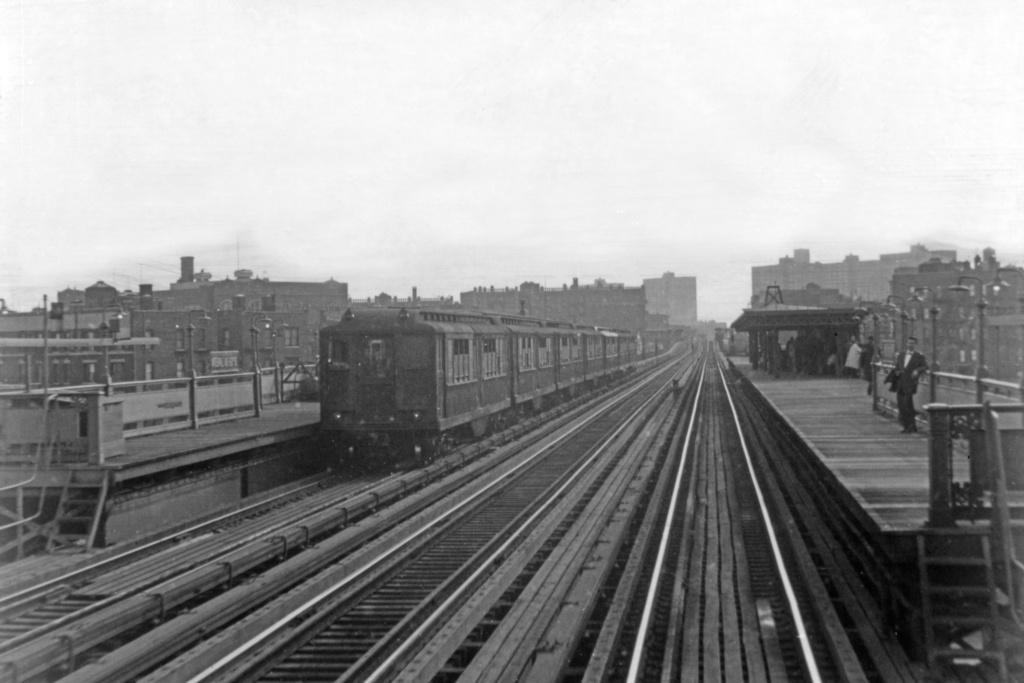 (257k, 1044x707)<br><b>Country:</b> United States<br><b>City:</b> New York<br><b>System:</b> New York City Transit<br><b>Line:</b> IRT White Plains Road Line<br><b>Location:</b> Intervale Avenue <br><b>Car:</b> Low-V  <br><b>Collection of:</b> David Pirmann<br><b>Viewed (this week/total):</b> 2 / 3817