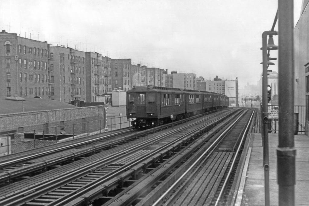 (222k, 1024x683)<br><b>Country:</b> United States<br><b>City:</b> New York<br><b>System:</b> New York City Transit<br><b>Line:</b> IRT Woodlawn Line<br><b>Location:</b> 161st Street/River Avenue (Yankee Stadium) <br><b>Car:</b> Low-V  <br><b>Collection of:</b> David Pirmann<br><b>Viewed (this week/total):</b> 1 / 3764