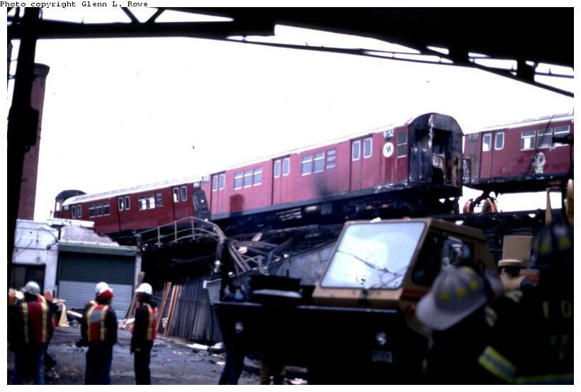 (54k, 820x553)<br><b>Country:</b> United States<br><b>City:</b> New York<br><b>System:</b> New York City Transit<br><b>Location:</b> 239th Street Yard<br><b>Car:</b> R-33 Main Line (St. Louis, 1962-63) 9152 <br><b>Photo by:</b> Glenn L. Rowe<br><b>Date:</b> 2/4/1998<br><b>Viewed (this week/total):</b> 0 / 15687