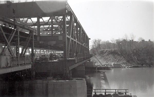 (62k, 600x377)<br><b>Country:</b> United States<br><b>City:</b> New York<br><b>System:</b> New York City Transit<br><b>Line:</b> IRT West Side Line<br><b>Location:</b> Broadway Bridge <br><b>Photo by:</b> Cameron W. Reed<br><b>Date:</b> 12/25/1960<br><b>Notes:</b> New bridge being floated into place<br><b>Viewed (this week/total):</b> 1 / 2505