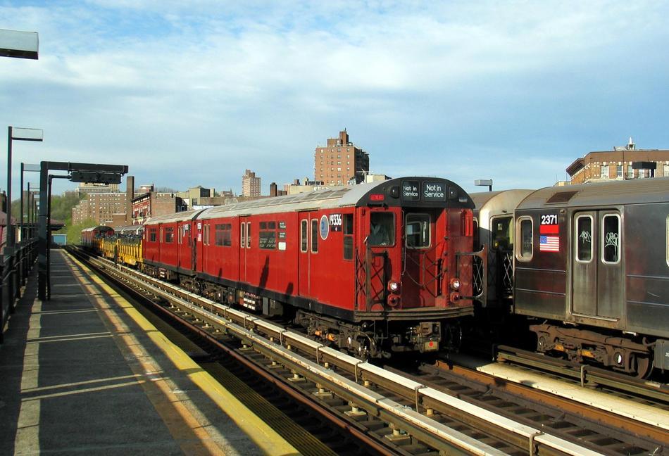 (96k, 950x648)<br><b>Country:</b> United States<br><b>City:</b> New York<br><b>System:</b> New York City Transit<br><b>Line:</b> IRT West Side Line<br><b>Location:</b> 207th Street <br><b>Route:</b> Work Service<br><b>Car:</b> R-33 World's Fair (St. Louis, 1963-64) 9336 <br><b>Photo by:</b> David of Broadway<br><b>Date:</b> 4/25/2004<br><b>Viewed (this week/total):</b> 0 / 5657