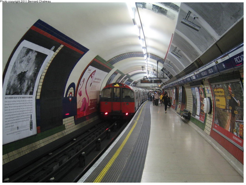 (222k, 1044x788)<br><b>Country:</b> United Kingdom<br><b>City:</b> London<br><b>System:</b> London Underground<br><b>Line:</b> Piccadilly<br><b>Location:</b> Piccadilly Circus <br><b>Car:</b> 1973 Tube Stock 100 <br><b>Photo by:</b> Bernard Chatreau<br><b>Date:</b> 7/12/2008<br><b>Viewed (this week/total):</b> 0 / 495
