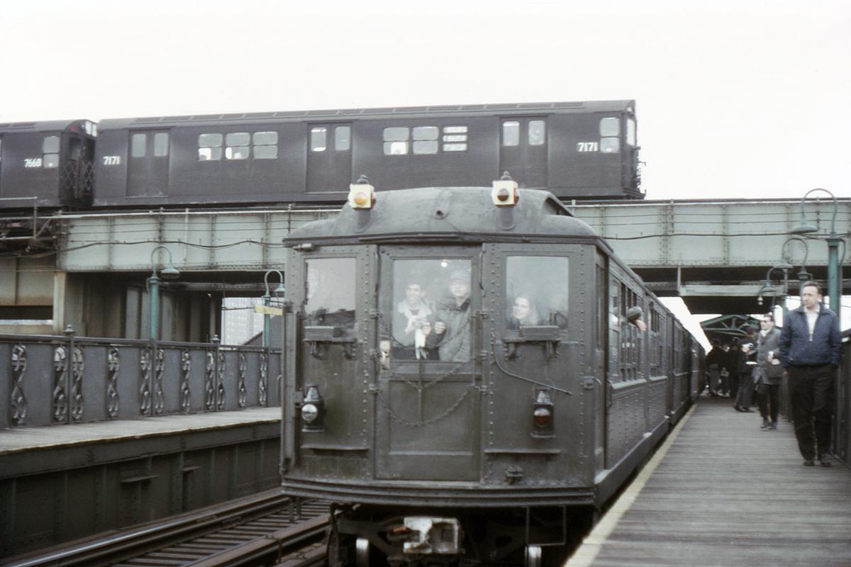(288k, 1044x697)<br><b>Country:</b> United States<br><b>City:</b> New York<br><b>System:</b> New York City Transit<br><b>Line:</b> IRT Brooklyn Line<br><b>Location:</b> Junius Street <br><b>Route:</b> 3<br><b>Car:</b> R-21 (St. Louis, 1956-57) 7171 <br><b>Collection of:</b> David Pirmann<br><b>Date:</b> 4/1/1967<br><b>Notes:</b> Crossing Livonia Avenue station<br><b>Viewed (this week/total):</b> 0 / 6746