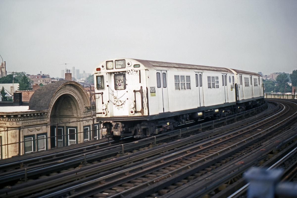 (418k, 1044x698)<br><b>Country:</b> United States<br><b>City:</b> New York<br><b>System:</b> New York City Transit<br><b>Line:</b> IRT Pelham Line<br><b>Location:</b> Castle Hill Avenue <br><b>Route:</b> 6<br><b>Car:</b> R-33 Main Line (St. Louis, 1962-63) 9207 <br><b>Photo by:</b> Steve Hoskins<br><b>Collection of:</b> David Pirmann<br><b>Date:</b> 8/1979<br><b>Viewed (this week/total):</b> 0 / 5868