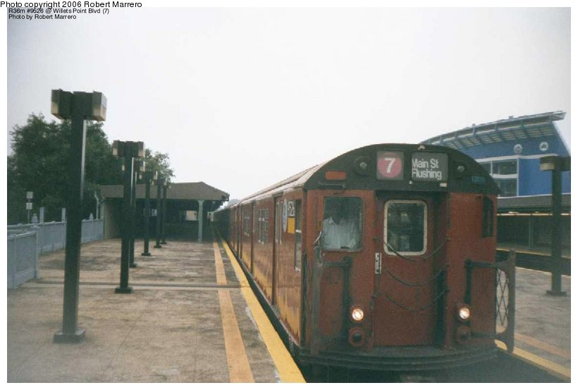 (69k, 820x553)<br><b>Country:</b> United States<br><b>City:</b> New York<br><b>System:</b> New York City Transit<br><b>Line:</b> IRT Flushing Line<br><b>Location:</b> Willets Point/Mets (fmr. Shea Stadium) <br><b>Route:</b> 7<br><b>Car:</b> R-36 Main Line (St. Louis, 1964) 9527 <br><b>Photo by:</b> Robert Marrero<br><b>Date:</b> 12/2000<br><b>Viewed (this week/total):</b> 3 / 3355