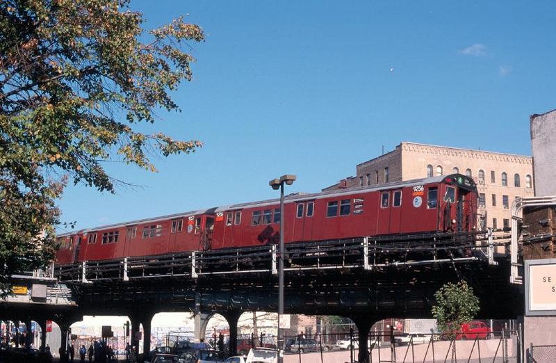 (84k, 800x522)<br><b>Country:</b> United States<br><b>City:</b> New York<br><b>System:</b> New York City Transit<br><b>Line:</b> IRT Woodlawn Line<br><b>Location:</b> 161st Street/River Avenue (Yankee Stadium) <br><b>Route:</b> 4<br><b>Car:</b> R-33 Main Line (St. Louis, 1962-63) 9256 <br><b>Photo by:</b> Chao-Hwa Chen<br><b>Date:</b> 10/16/1998<br><b>Viewed (this week/total):</b> 11 / 5472