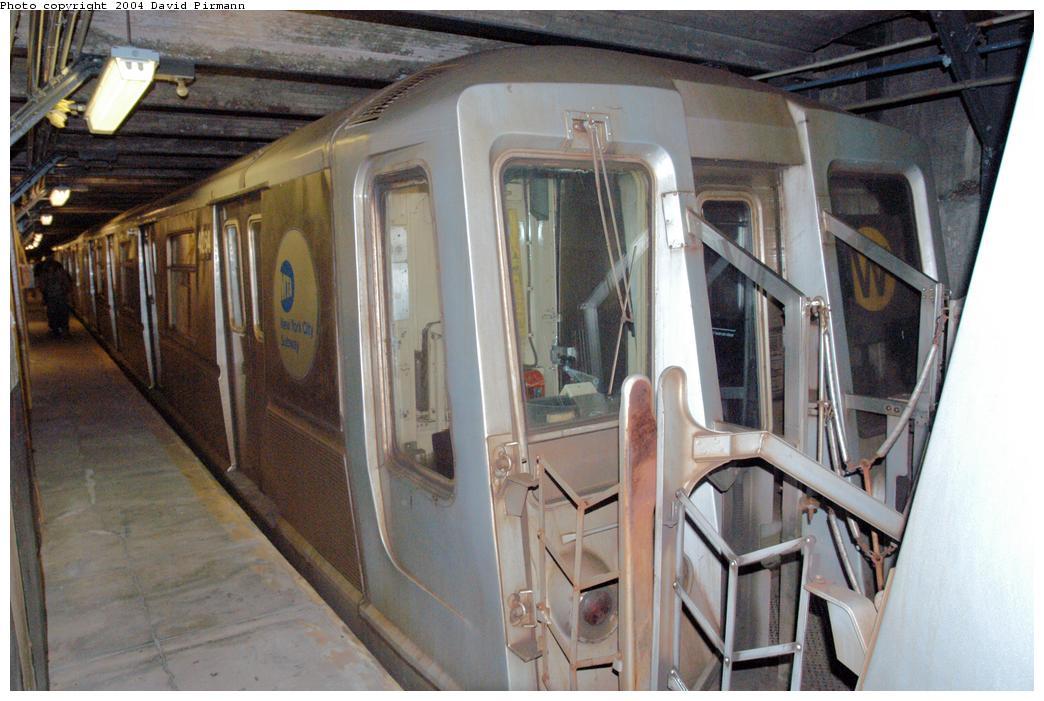(166k, 1044x701)<br><b>Country:</b> United States<br><b>City:</b> New York<br><b>System:</b> New York City Transit<br><b>Line:</b> BMT Broadway Line<br><b>Location:</b> City Hall Lower Level <br><b>Car:</b> R-40 (St. Louis, 1968)  4264 <br><b>Photo by:</b> David Pirmann<br><b>Date:</b> 6/19/2004<br><b>Notes:</b> View of west platform<br><b>Viewed (this week/total):</b> 0 / 5545