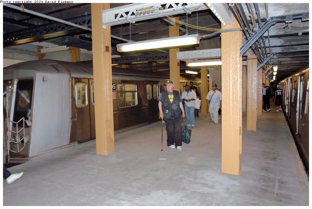 (154k, 1044x701)<br><b>Country:</b> United States<br><b>City:</b> New York<br><b>System:</b> New York City Transit<br><b>Line:</b> BMT Broadway Line<br><b>Location:</b> City Hall Lower Level <br><b>Photo by:</b> David Pirmann<br><b>Date:</b> 6/19/2004<br><b>Notes:</b> View of west platform<br><b>Viewed (this week/total):</b> 4 / 9227