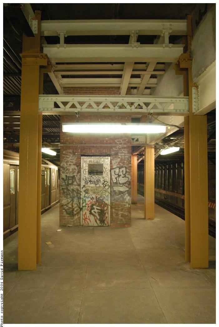 (134k, 701x1044)<br><b>Country:</b> United States<br><b>City:</b> New York<br><b>System:</b> New York City Transit<br><b>Line:</b> BMT Broadway Line<br><b>Location:</b> City Hall Lower Level <br><b>Photo by:</b> David Pirmann<br><b>Date:</b> 6/19/2004<br><b>Notes:</b> View of east platform<br><b>Viewed (this week/total):</b> 0 / 4438