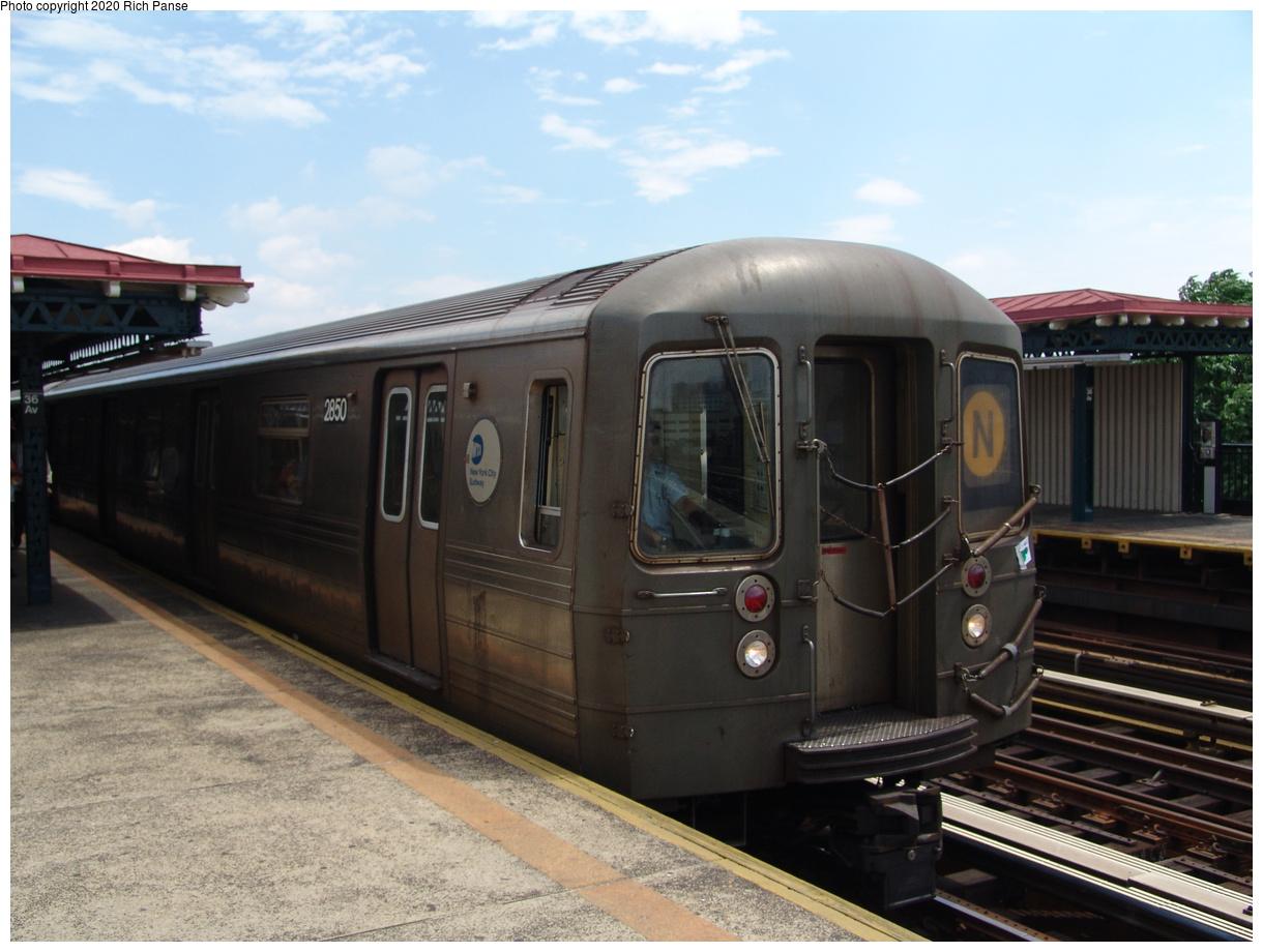 (80k, 820x620)<br><b>Country:</b> United States<br><b>City:</b> New York<br><b>System:</b> New York City Transit<br><b>Line:</b> BMT Astoria Line<br><b>Location:</b> 36th/Washington Aves. <br><b>Route:</b> N<br><b>Car:</b> R-68 (Westinghouse-Amrail, 1986-1988)  2850 <br><b>Photo by:</b> Richard Panse<br><b>Date:</b> 6/19/2004<br><b>Viewed (this week/total):</b> 0 / 3123