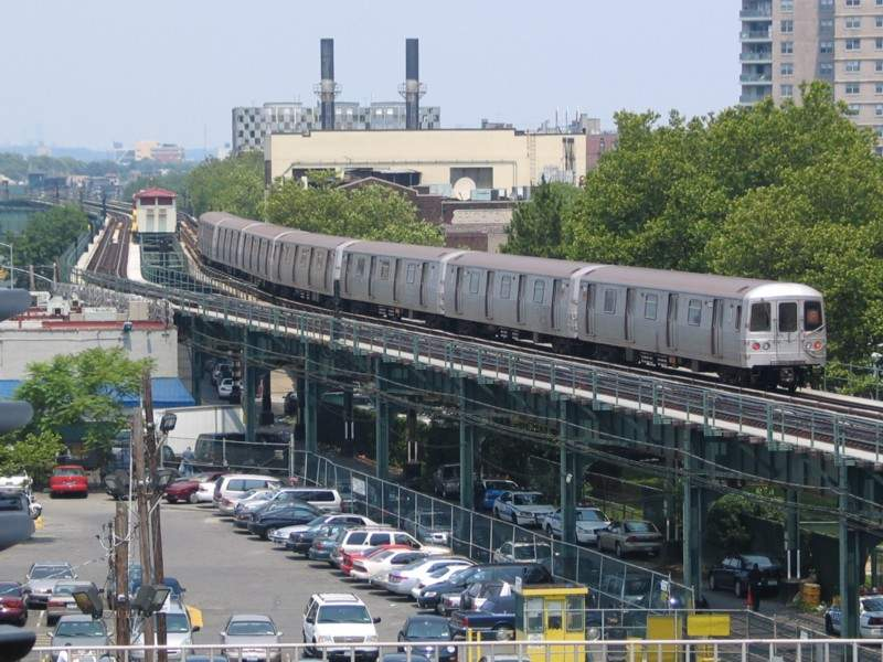 (80k, 800x600)<br><b>Country:</b> United States<br><b>City:</b> New York<br><b>System:</b> New York City Transit<br><b>Line:</b> BMT Culver Line<br><b>Location:</b> West 8th Street <br><b>Car:</b> R-46 (Pullman-Standard, 1974-75) 6202 <br><b>Photo by:</b> Neil Feldman<br><b>Date:</b> 7/1/2004<br><b>Viewed (this week/total):</b> 1 / 6827