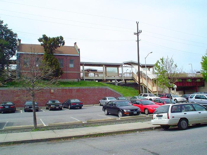 (77k, 700x525)<br><b>Country:</b> United States<br><b>City:</b> New York<br><b>System:</b> New York City Transit<br><b>Line:</b> SIRT<br><b>Location:</b> Dongan Hills <br><b>Photo by:</b> Chris Slaight<br><b>Date:</b> 4/30/2004<br><b>Viewed (this week/total):</b> 0 / 3863