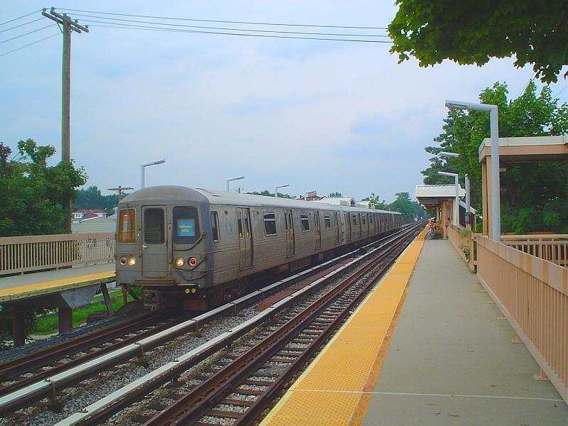 (84k, 800x600)<br><b>Country:</b> United States<br><b>City:</b> New York<br><b>System:</b> New York City Transit<br><b>Line:</b> SIRT<br><b>Location:</b> Dongan Hills <br><b>Car:</b> R-44 SIRT (St. Louis, 1971-1973)  <br><b>Photo by:</b> Chris Slaight<br><b>Date:</b> 8/4/2004<br><b>Viewed (this week/total):</b> 0 / 7563