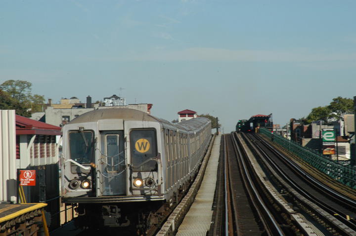 (117k, 720x478)<br><b>Country:</b> United States<br><b>City:</b> New York<br><b>System:</b> New York City Transit<br><b>Line:</b> BMT Astoria Line<br><b>Location:</b> 39th/Beebe Aves. <br><b>Route:</b> W<br><b>Car:</b> R-40 (St. Louis, 1968)   <br><b>Photo by:</b> Peter Ehrlich<br><b>Date:</b> 10/28/2004<br><b>Viewed (this week/total):</b> 0 / 3678