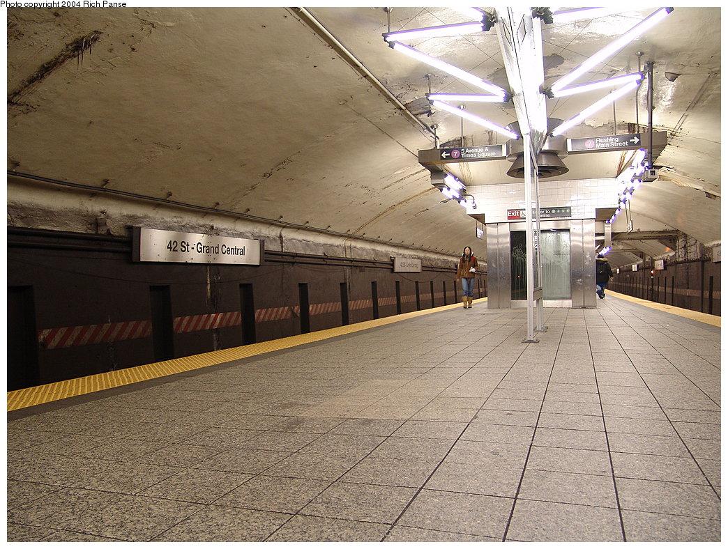 (256k, 1044x788)<br><b>Country:</b> United States<br><b>City:</b> New York<br><b>System:</b> New York City Transit<br><b>Line:</b> IRT Flushing Line<br><b>Location:</b> Grand Central <br><b>Photo by:</b> Richard Panse<br><b>Date:</b> 12/15/2004<br><b>Artwork:</b> <i>V-Beam</i>, Christopher Sproat (2000).<br><b>Viewed (this week/total):</b> 15 / 7698