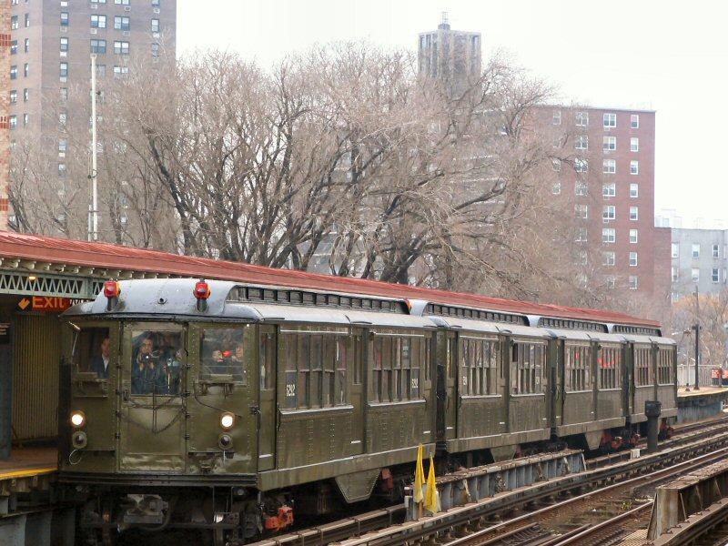 (136k, 800x600)<br><b>Country:</b> United States<br><b>City:</b> New York<br><b>System:</b> New York City Transit<br><b>Line:</b> IRT Pelham Line<br><b>Location:</b> Middletown Road <br><b>Route:</b> Fan Trip<br><b>Car:</b> Low-V (Museum Train) 5292 <br><b>Photo by:</b> Dante D. Angerville<br><b>Date:</b> 12/19/2004<br><b>Viewed (this week/total):</b> 1 / 3415
