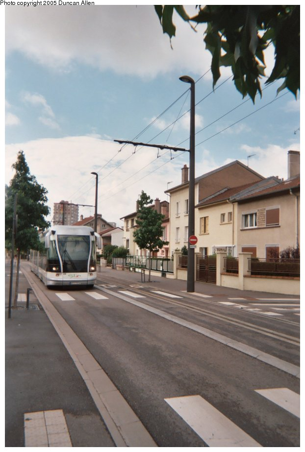 (109k, 622x923)<br><b>Country:</b> France<br><b>City:</b> Nancy<br><b>System:</b> Société de Transports de l'Agglomération Nancienne<br><b>Location:</b> Essey Mouzimpré<br><b>Photo by:</b> Duncan Allen<br><b>Date:</b> 7/2/2004<br><b>Notes:</b> Southbound tram in &lsquo;routier&rsquo; mode on rue des Pr&eacute;s in suburban Essey-les-Nancy.   Northbound trams operate in guided mode at this point.<br><b>Viewed (this week/total):</b> 0 / 3270