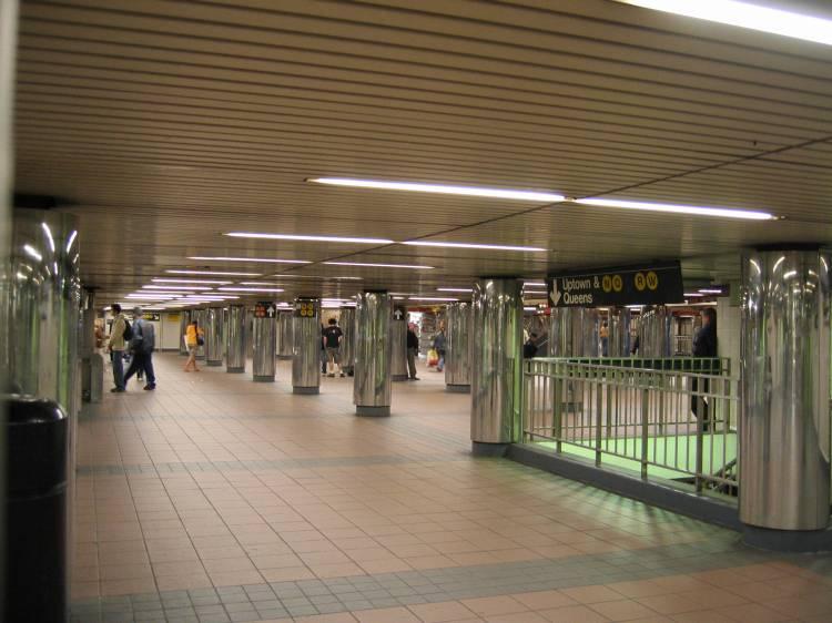 (54k, 750x562)<br><b>Country:</b> United States<br><b>City:</b> New York<br><b>System:</b> New York City Transit<br><b>Line:</b> BMT Broadway Line<br><b>Location:</b> 34th Street/Herald Square <br><b>Photo by:</b> Robbie Rosenfeld<br><b>Date:</b> 5/2005<br><b>Viewed (this week/total):</b> 0 / 5296