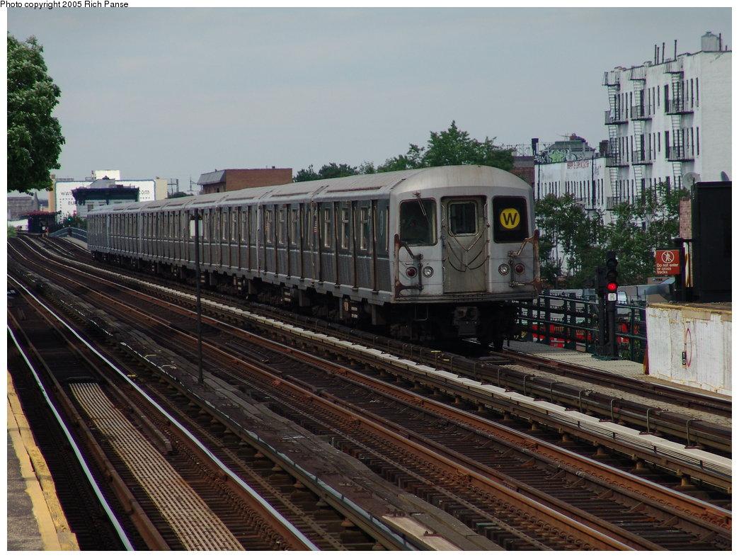 (212k, 1044x788)<br><b>Country:</b> United States<br><b>City:</b> New York<br><b>System:</b> New York City Transit<br><b>Line:</b> BMT Astoria Line<br><b>Location:</b> 36th/Washington Aves. <br><b>Route:</b> W<br><b>Car:</b> R-40M (St. Louis, 1969)   <br><b>Photo by:</b> Richard Panse<br><b>Date:</b> 5/30/2005<br><b>Viewed (this week/total):</b> 0 / 3126
