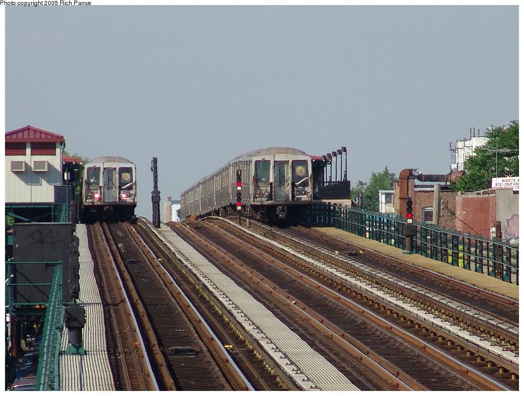 (204k, 1044x788)<br><b>Country:</b> United States<br><b>City:</b> New York<br><b>System:</b> New York City Transit<br><b>Line:</b> BMT Astoria Line<br><b>Location:</b> 39th/Beebe Aves. <br><b>Route:</b> W<br><b>Car:</b> R-40 (St. Louis, 1968)   <br><b>Photo by:</b> Richard Panse<br><b>Date:</b> 5/30/2005<br><b>Viewed (this week/total):</b> 0 / 3994