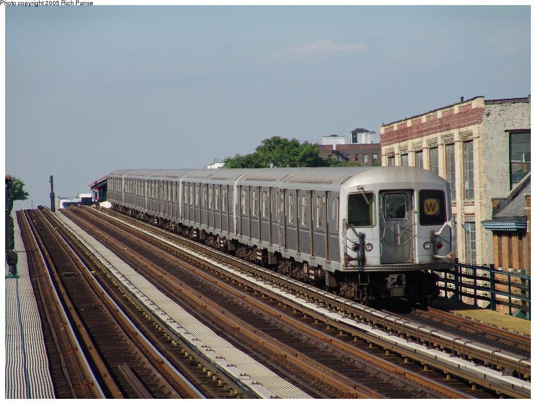 (214k, 1044x788)<br><b>Country:</b> United States<br><b>City:</b> New York<br><b>System:</b> New York City Transit<br><b>Line:</b> BMT Astoria Line<br><b>Location:</b> 36th/Washington Aves. <br><b>Route:</b> W<br><b>Car:</b> R-40M (St. Louis, 1969)   <br><b>Photo by:</b> Richard Panse<br><b>Date:</b> 5/30/2005<br><b>Viewed (this week/total):</b> 0 / 3064