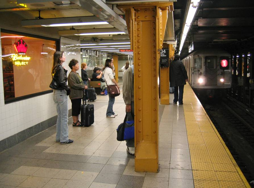 (80k, 894x662)<br><b>Country:</b> United States<br><b>City:</b> New York<br><b>System:</b> New York City Transit<br><b>Line:</b> IRT West Side Line<br><b>Location:</b> 34th Street/Penn Station <br><b>Route:</b> 1<br><b>Photo by:</b> Robbie Rosenfeld<br><b>Date:</b> 6/2005<br><b>Viewed (this week/total):</b> 0 / 3729