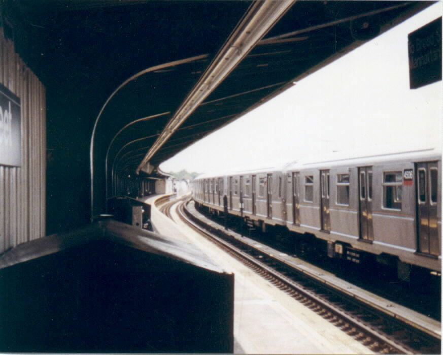 (72k, 873x699)<br><b>Country:</b> United States<br><b>City:</b> New York<br><b>System:</b> New York City Transit<br><b>Line:</b> BMT Nassau Street/Jamaica Line<br><b>Location:</b> 111th Street <br><b>Route:</b> J<br><b>Car:</b> R-40M (St. Louis, 1969)  4506 <br><b>Photo by:</b> Oren H.<br><b>Date:</b> 2001<br><b>Notes:</b> Lay-up on the middle track.<br><b>Viewed (this week/total):</b> 0 / 4270
