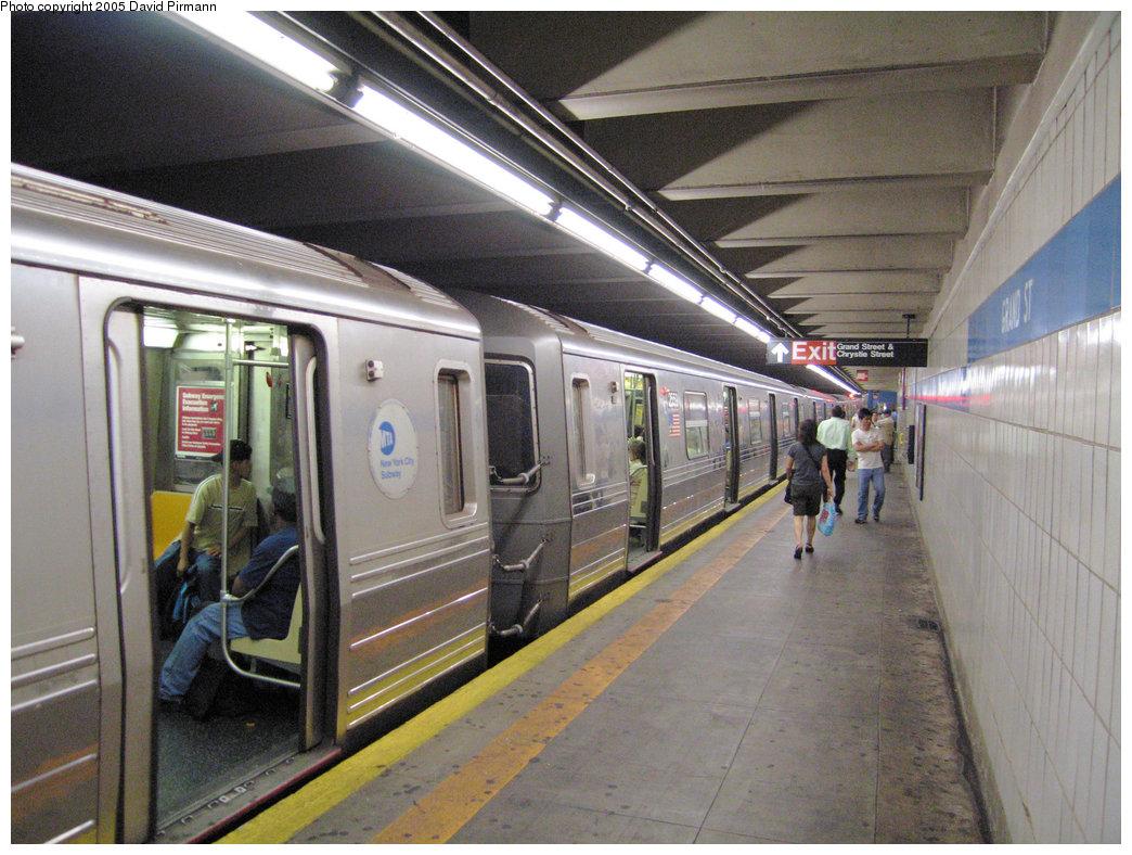 (244k, 1044x788)<br><b>Country:</b> United States<br><b>City:</b> New York<br><b>System:</b> New York City Transit<br><b>Line:</b> IND 6th Avenue Line<br><b>Location:</b> Grand Street <br><b>Route:</b> D<br><b>Car:</b> R-68 (Westinghouse-Amrail, 1986-1988)  2559 <br><b>Photo by:</b> David Pirmann<br><b>Date:</b> 6/30/2005<br><b>Notes:</b> Southbound platform<br><b>Viewed (this week/total):</b> 2 / 7489