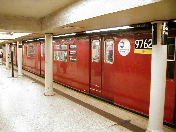(87k, 600x450)<br><b>Country:</b> United States<br><b>City:</b> New York<br><b>System:</b> New York City Transit<br><b>Line:</b> IRT East Side Line<br><b>Location:</b> Bowling Green <br><b>Route:</b> 2<br><b>Car:</b> R-36 World's Fair (St. Louis, 1963-64) 9762 <br><b>Photo by:</b> Trevor Logan<br><b>Date:</b> 7/2001<br><b>Viewed (this week/total):</b> 0 / 7982