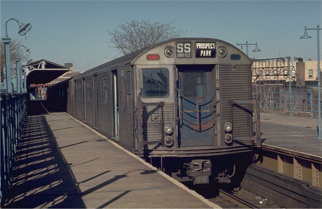 (189k, 1024x667)<br><b>Country:</b> United States<br><b>City:</b> New York<br><b>System:</b> New York City Transit<br><b>Line:</b> BMT Franklin<br><b>Location:</b> Franklin Avenue <br><b>Route:</b> Franklin Shuttle<br><b>Car:</b> R-32 (Budd, 1964)  3780 <br><b>Photo by:</b> Joe Testagrose<br><b>Date:</b> 2/23/1970<br><b>Viewed (this week/total):</b> 4 / 4311