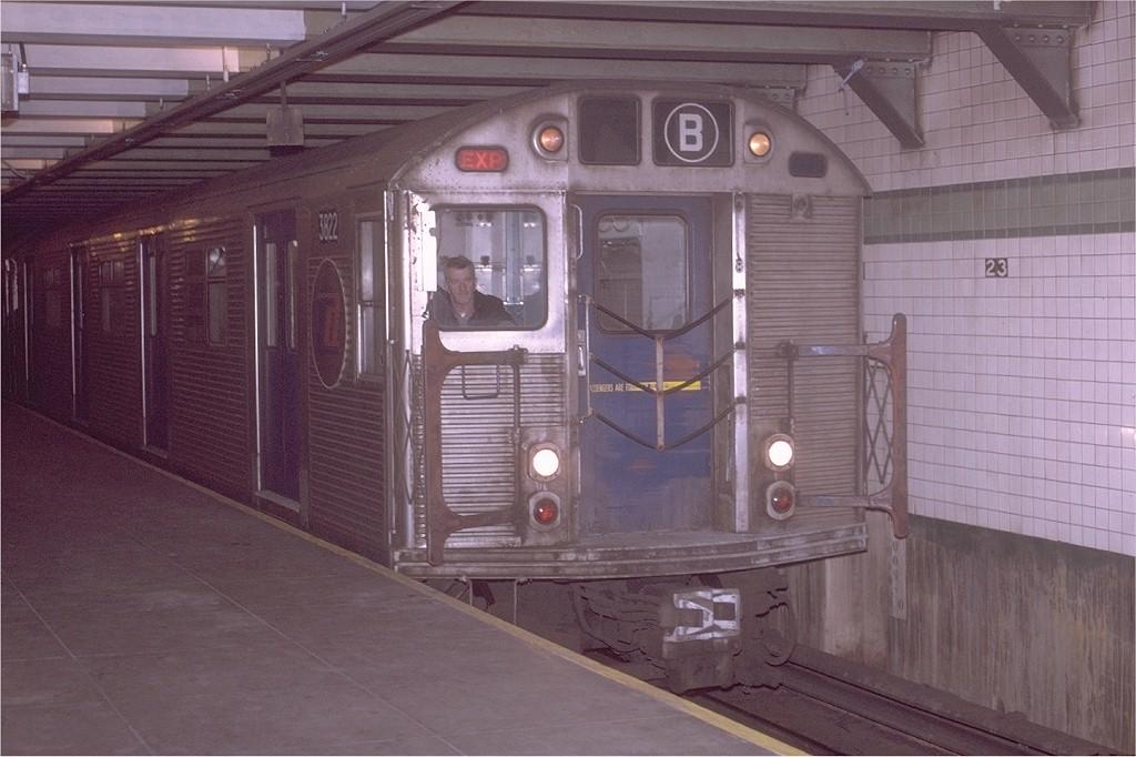 (172k, 1024x682)<br><b>Country:</b> United States<br><b>City:</b> New York<br><b>System:</b> New York City Transit<br><b>Line:</b> IND 6th Avenue Line<br><b>Location:</b> 23rd Street <br><b>Route:</b> B<br><b>Car:</b> R-32 (Budd, 1964)  3822 <br><b>Photo by:</b> Joe Testagrose<br><b>Date:</b> 11/14/1970<br><b>Viewed (this week/total):</b> 1 / 3532