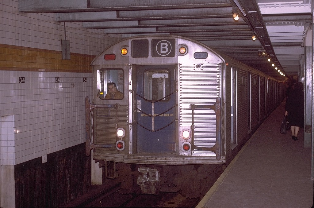 (211k, 1024x681)<br><b>Country:</b> United States<br><b>City:</b> New York<br><b>System:</b> New York City Transit<br><b>Line:</b> IND 6th Avenue Line<br><b>Location:</b> 34th Street/Herald Square <br><b>Route:</b> B.<br><b>Car:</b> R-32 (Budd, 1964)  3880 <br><b>Photo by:</b> Joe Testagrose<br><b>Date:</b> 11/14/1970<br><b>Viewed (this week/total):</b> 4 / 4609
