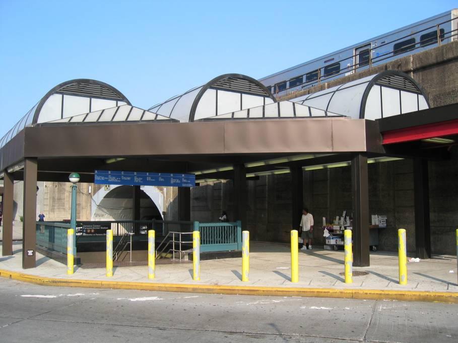 (79k, 909x682)<br><b>Country:</b> United States<br><b>City:</b> New York<br><b>System:</b> New York City Transit<br><b>Line:</b> IND Queens Boulevard Line<br><b>Location:</b> Jamaica Center/Parsons-Archer <br><b>Photo by:</b> Robbie Rosenfeld<br><b>Date:</b> 7/15/2005<br><b>Viewed (this week/total):</b> 0 / 6713
