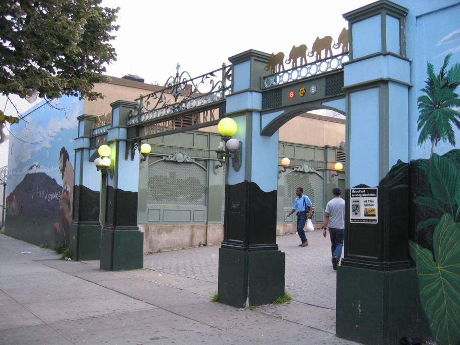 (92k, 909x682)<br><b>Country:</b> United States<br><b>City:</b> New York<br><b>System:</b> New York City Transit<br><b>Line:</b> BMT Brighton Line<br><b>Location:</b> Prospect Park <br><b>Photo by:</b> Robbie Rosenfeld<br><b>Date:</b> 7/19/2005<br><b>Viewed (this week/total):</b> 0 / 3069