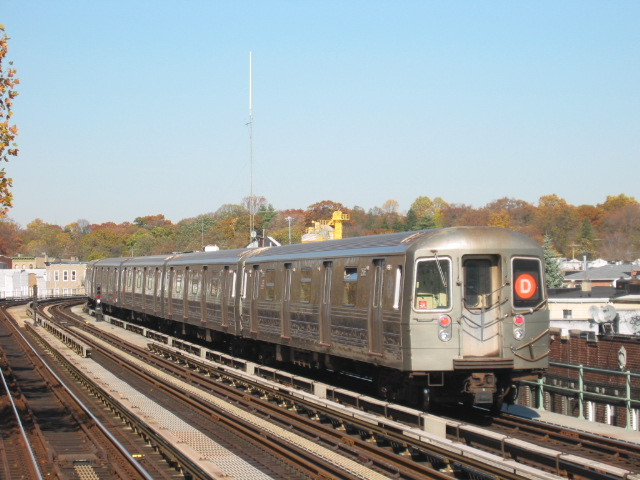 (108k, 640x480)<br><b>Country:</b> United States<br><b>City:</b> New York<br><b>System:</b> New York City Transit<br><b>Line:</b> BMT West End Line<br><b>Location:</b> Fort Hamilton Parkway <br><b>Route:</b> D<br><b>Car:</b> R-68 (Westinghouse-Amrail, 1986-1988)  2586 <br><b>Photo by:</b> Oren H.<br><b>Date:</b> 11/7/2004<br><b>Viewed (this week/total):</b> 1 / 3517