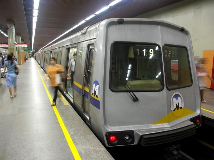 (86k, 720x540)<br><b>Country:</b> Brazil<br><b>City:</b> Rio de Janeiro<br><b>System:</b> Metro Rio<br><b>Line:</b> Line 1 <br><b>Location:</b> Botafogo <br><b>Photo by:</b> Tim Deakin<br><b>Date:</b> 6/7/2005<br><b>Notes:</b> Late-1970s 'A' type car 1002 at Botafogo station.<br><b>Viewed (this week/total):</b> 1 / 5478