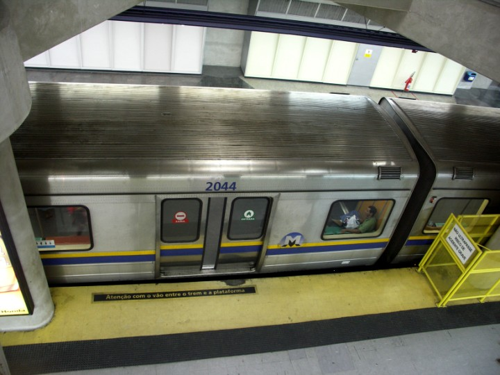 (89k, 720x540)<br><b>Country:</b> Brazil<br><b>City:</b> Rio de Janeiro<br><b>System:</b> Metro Rio<br><b>Line:</b> Line 1 <br><b>Location:</b> Siqueira Campos <br><b>Photo by:</b> Tim Deakin<br><b>Date:</b> 6/6/2005<br><b>Notes:</b> 'A' type car 2044 at Siqueira Campos. The platform visible at the bottom of the picture covers the second track, which will be used when the line's extension is complete.<br><b>Viewed (this week/total):</b> 0 / 4740