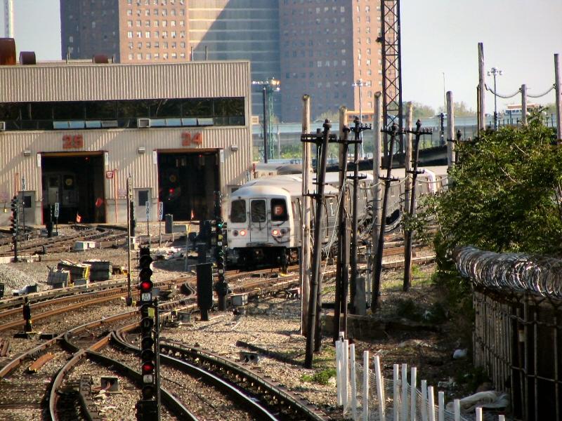 (144k, 800x600)<br><b>Country:</b> United States<br><b>City:</b> New York<br><b>System:</b> New York City Transit<br><b>Line:</b> BMT Sea Beach Line<br><b>Location:</b> 86th Street <br><b>Route:</b> F<br><b>Car:</b> R-46 (Pullman-Standard, 1974-75) 5670 <br><b>Photo by:</b> Dante D. Angerville<br><b>Date:</b> 5/31/2005<br><b>Notes:</b> F rerouted over Sea Beach line.<br><b>Viewed (this week/total):</b> 2 / 5036