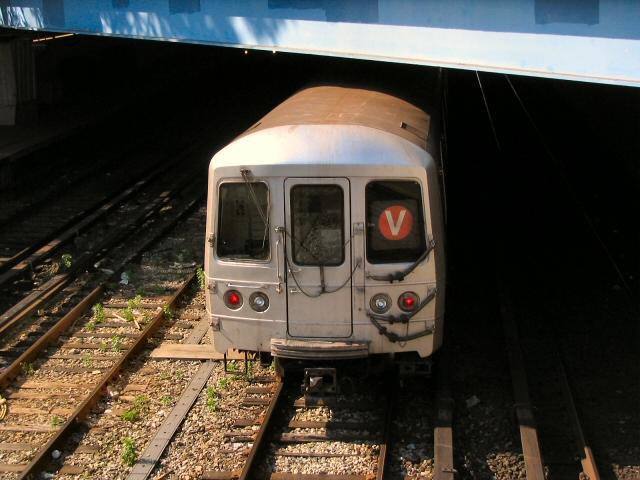 (69k, 640x480)<br><b>Country:</b> United States<br><b>City:</b> New York<br><b>System:</b> New York City Transit<br><b>Line:</b> BMT Sea Beach Line<br><b>Location:</b> 86th Street<br><b>Route:</b> V<br><b>Car:</b> R-46 (Pullman-Standard, 1974-75)  <br><b>Photo by:</b> Dante D. Angerville<br><b>Date:</b> 5/31/2005<br><b>Notes:</b> V rerouted over Sea Beach line.<br><b>Viewed (this week/total):</b> 3 / 4937