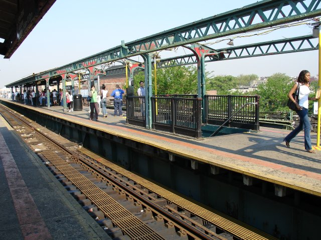 (116k, 640x480)<br><b>Country:</b> United States<br><b>City:</b> New York<br><b>System:</b> New York City Transit<br><b>Line:</b> IRT Flushing Line<br><b>Location:</b> Junction Boulevard <br><b>Photo by:</b> Kevin Lee<br><b>Date:</b> 6/9/2005<br><b>Notes:</b> New platform canopies being installed.<br><b>Viewed (this week/total):</b> 1 / 2729