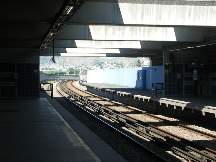 (87k, 720x540)<br><b>Country:</b> Brazil<br><b>City:</b> Rio de Janeiro<br><b>System:</b> Metro Rio<br><b>Line:</b> Line 2 <br><b>Location:</b> Coelho Neto <br><b>Photo by:</b> Tim Deakin<br><b>Date:</b> 6/7/2005<br><b>Notes:</b> Large out-of-bounds area can be seen towards the end of the platforms.<br><b>Viewed (this week/total):</b> 1 / 3355