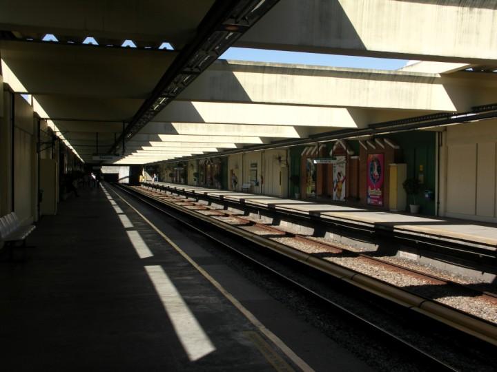 (84k, 720x540)<br><b>Country:</b> Brazil<br><b>City:</b> Rio de Janeiro<br><b>System:</b> Metro Rio<br><b>Line:</b> Line 2 <br><b>Location:</b> Del Castilho <br><b>Photo by:</b> Tim Deakin<br><b>Date:</b> 6/7/2005<br><b>Notes:</b> Del Castilho, showing the murals present at this station.<br><b>Viewed (this week/total):</b> 1 / 581