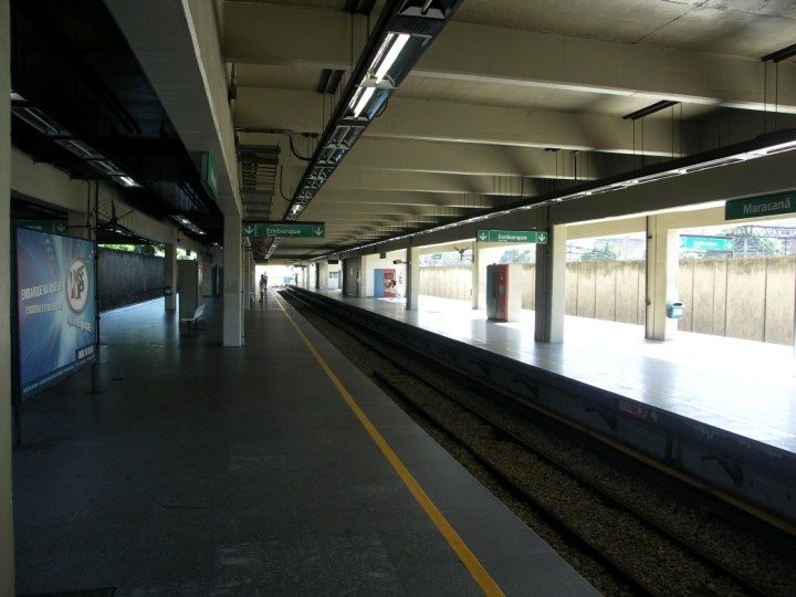 (77k, 720x540)<br><b>Country:</b> Brazil<br><b>City:</b> Rio de Janeiro<br><b>System:</b> Metro Rio<br><b>Line:</b> Line 2 <br><b>Location:</b> Maracanã <br><b>Photo by:</b> Tim Deakin<br><b>Date:</b> 6/4/2005<br><b>Notes:</b> The middle, seemingly-unused track can be seen. The large mezzanine is above the platform.<br><b>Viewed (this week/total):</b> 0 / 2930