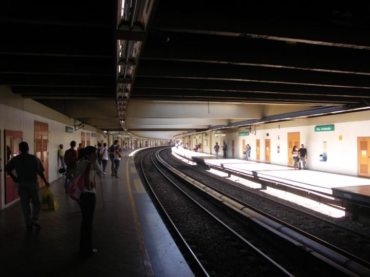 (75k, 720x540)<br><b>Country:</b> Brazil<br><b>City:</b> Rio de Janeiro<br><b>System:</b> Metro Rio<br><b>Line:</b> Line 2 <br><b>Location:</b> São Cristóvão <br><b>Photo by:</b> Tim Deakin<br><b>Date:</b> 6/7/2005<br><b>Viewed (this week/total):</b> 0 / 3427
