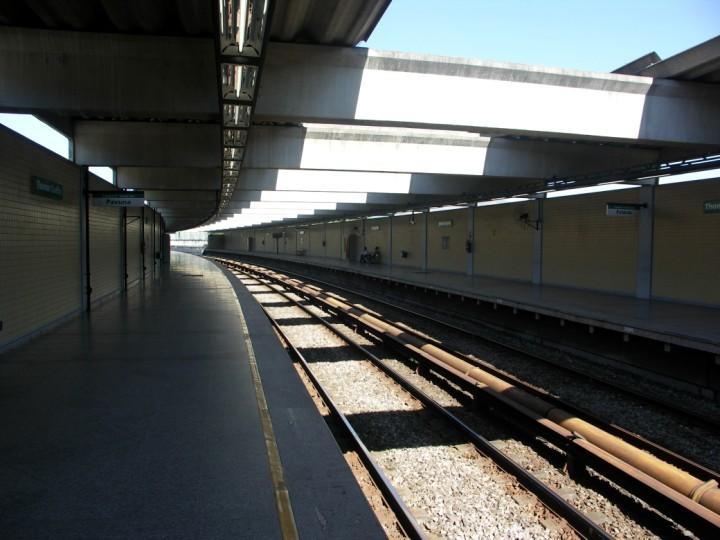 (88k, 720x540)<br><b>Country:</b> Brazil<br><b>City:</b> Rio de Janeiro<br><b>System:</b> Metro Rio<br><b>Line:</b> Line 2 <br><b>Location:</b> Tomás Coelho <br><b>Photo by:</b> Tim Deakin<br><b>Date:</b> 6/7/2005<br><b>Viewed (this week/total):</b> 2 / 3036