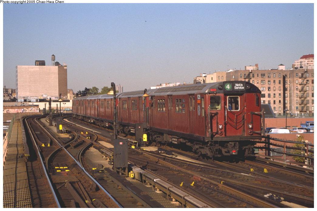 (159k, 1044x698)<br><b>Country:</b> United States<br><b>City:</b> New York<br><b>System:</b> New York City Transit<br><b>Line:</b> IRT Woodlawn Line<br><b>Location:</b> 167th Street <br><b>Route:</b> 4<br><b>Car:</b> R-33 Main Line (St. Louis, 1962-63) 9228 <br><b>Photo by:</b> Chao-Hwa Chen<br><b>Date:</b> 10/20/2000<br><b>Viewed (this week/total):</b> 0 / 4124