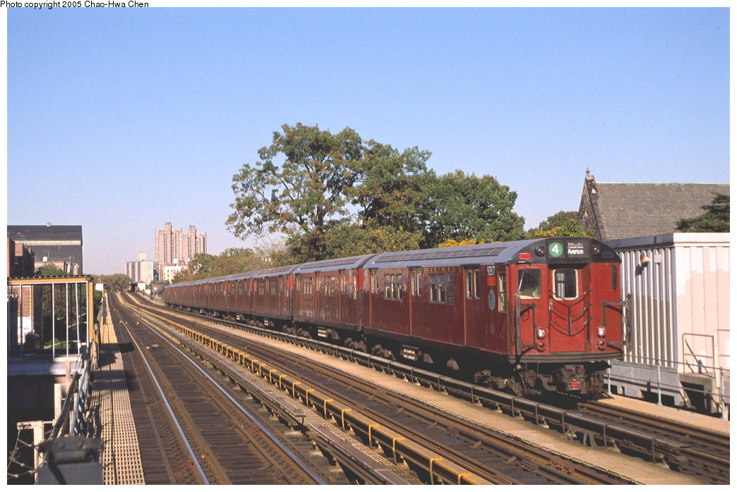 (178k, 1044x698)<br><b>Country:</b> United States<br><b>City:</b> New York<br><b>System:</b> New York City Transit<br><b>Line:</b> IRT Woodlawn Line<br><b>Location:</b> Fordham Road <br><b>Route:</b> 4<br><b>Car:</b> R-33 Main Line (St. Louis, 1962-63) 9287 <br><b>Photo by:</b> Chao-Hwa Chen<br><b>Date:</b> 10/20/2000<br><b>Viewed (this week/total):</b> 0 / 3253