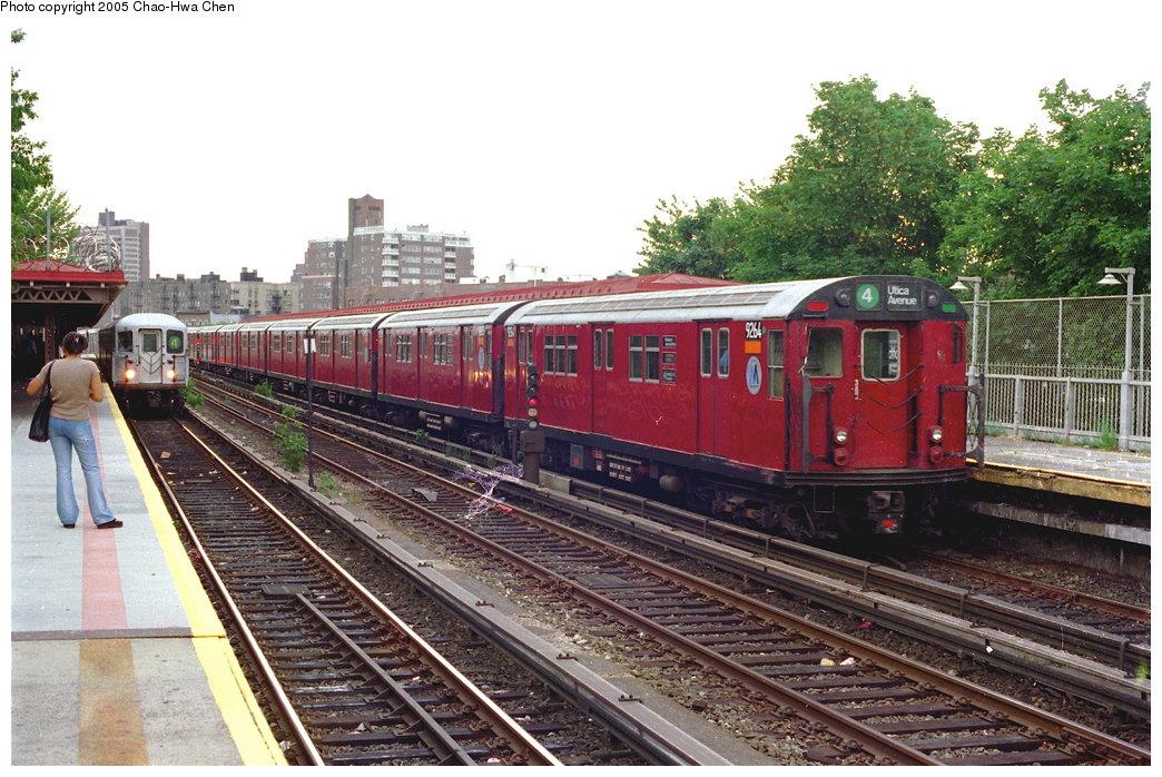 (207k, 1044x698)<br><b>Country:</b> United States<br><b>City:</b> New York<br><b>System:</b> New York City Transit<br><b>Line:</b> IRT Woodlawn Line<br><b>Location:</b> Bedford Park Boulevard <br><b>Route:</b> 4<br><b>Car:</b> R-33 Main Line (St. Louis, 1962-63) 9264 <br><b>Photo by:</b> Chao-Hwa Chen<br><b>Date:</b> 7/2/1997<br><b>Viewed (this week/total):</b> 1 / 4106