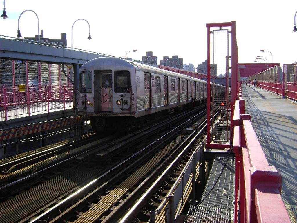 (141k, 1024x768)<br><b>Country:</b> United States<br><b>City:</b> New York<br><b>System:</b> New York City Transit<br><b>Line:</b> BMT Nassau Street/Jamaica Line<br><b>Location:</b> Williamsburg Bridge<br><b>Route:</b> Z<br><b>Car:</b> R-42 (St. Louis, 1969-1970)  4833 <br><b>Photo by:</b> Emmanuel Robinson<br><b>Date:</b> 8/7/2009<br><b>Viewed (this week/total):</b> 1 / 1043